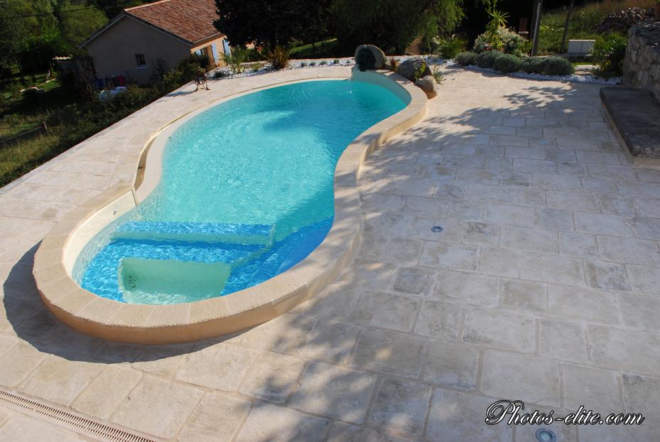 piscine-courbe-Lyon-carrelage-pierre