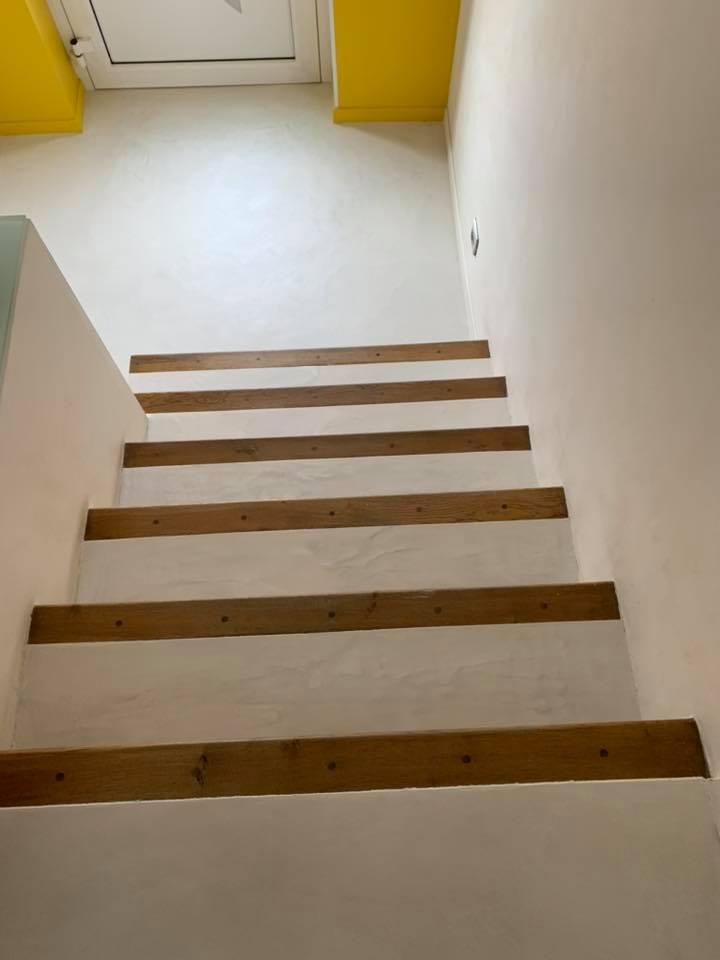 escalier-béton-ciré-blanc-bois
