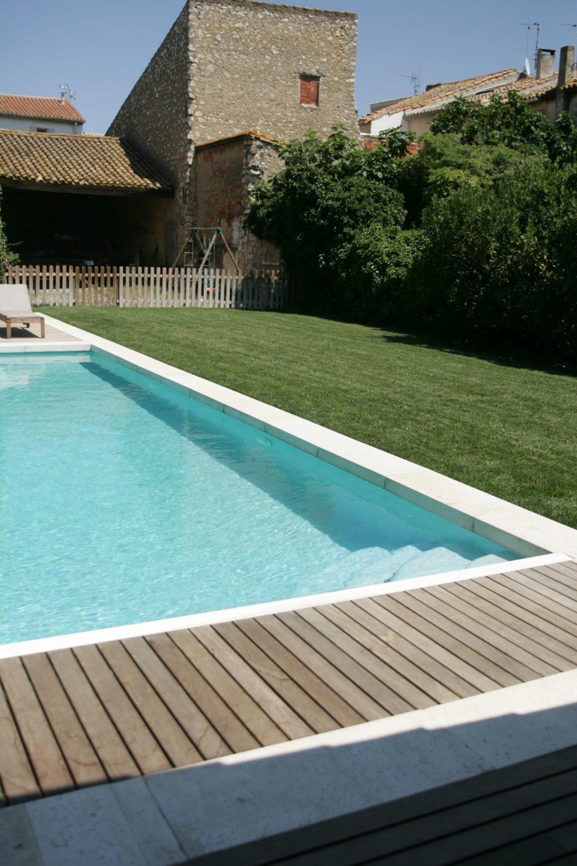 margelle-piscine-béton-blanc-plage-bois