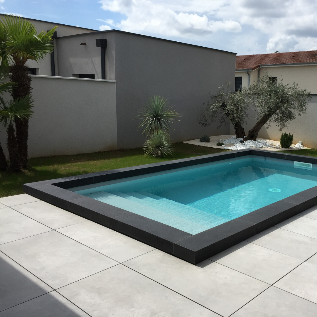 margelle-piscine-noire-massive-contemporaine