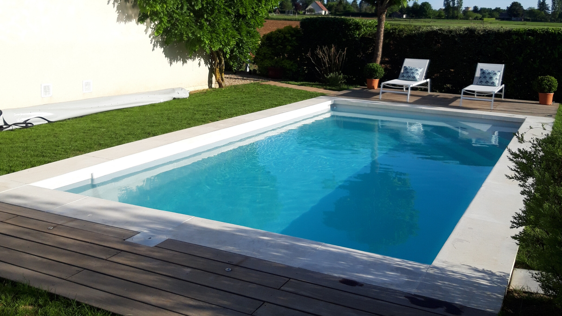 margelle-blanche-piscine-contemporaine