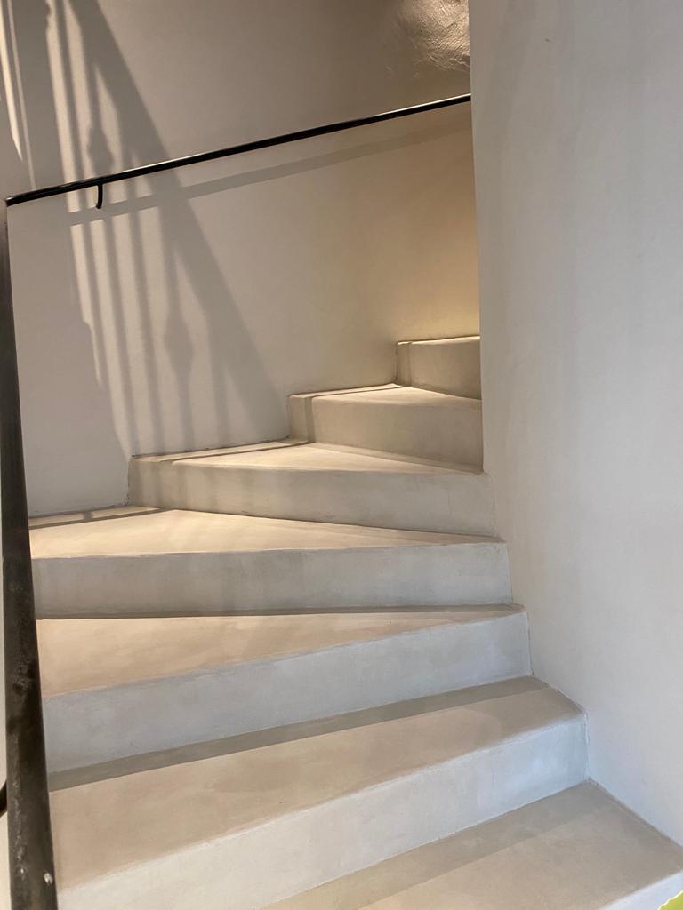 Escalier-hôtel-béton-ciré